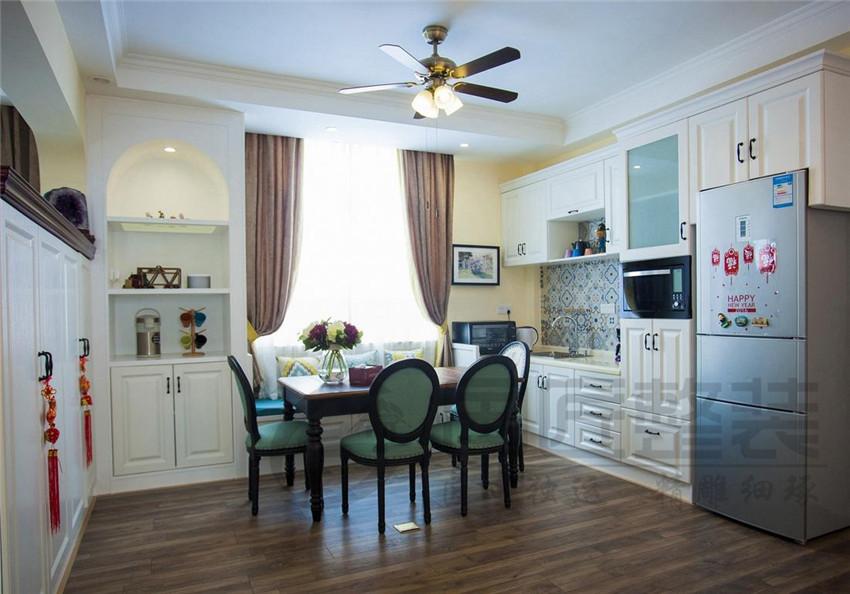 欧式的家装风格在形式上以浪漫主义为基础,装修材料常用大理石、多彩的织物、精美的地毯,精致的法国壁挂,整个风格豪华、富丽,充满强烈的动感效果。 在欧式风格的家居空间里,灯饰设计应选择具有西方风情的造型,比如壁灯,在整体明快、简约、单纯的房屋空间里,传承着西方文化底蕴的壁灯静静泛着影影绰绰的灯光,朦胧、浪漫之感油然而生。
