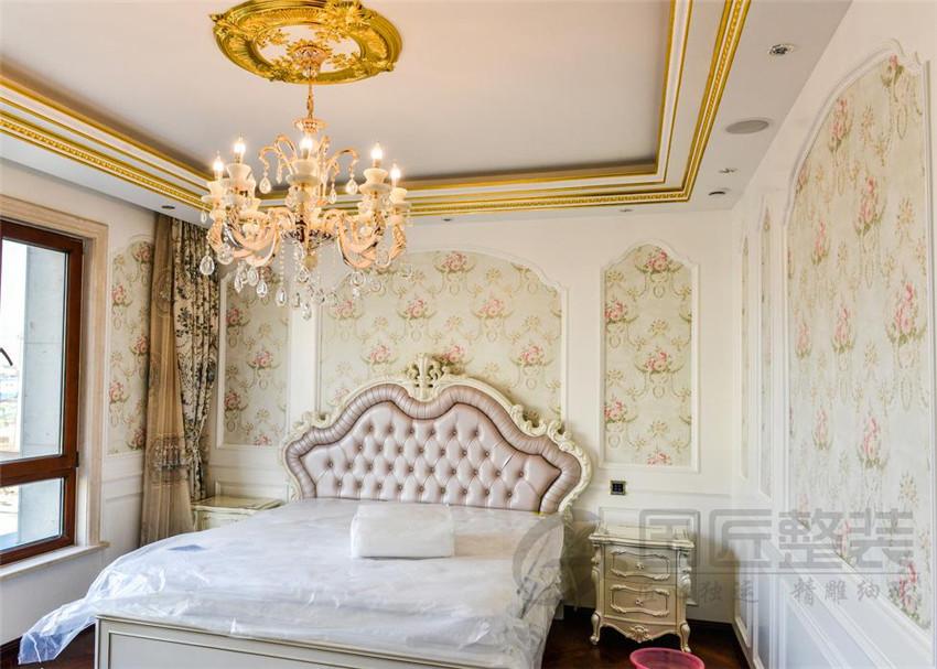 欧式风格设计要遵循布局上轴线的对称,恢弘的气势,豪华舒适的居住空间,尽显贵族风格,高贵典雅。运用廊柱、雕花、线条,制作工艺精细考究。 欧式风格讲究点缀在自然中,并不在乎占地面积的大小,最求色彩和内在联系,让人感到有很大的活动空间。 因客厅空间的足够大,不论是在吊顶的设计上还是背景墙的设计上,都给予了欧式设计风格的元素,例如欧式的廊柱,描金的浮雕等,客厅的背景墙设计是体现设计风格的主导。